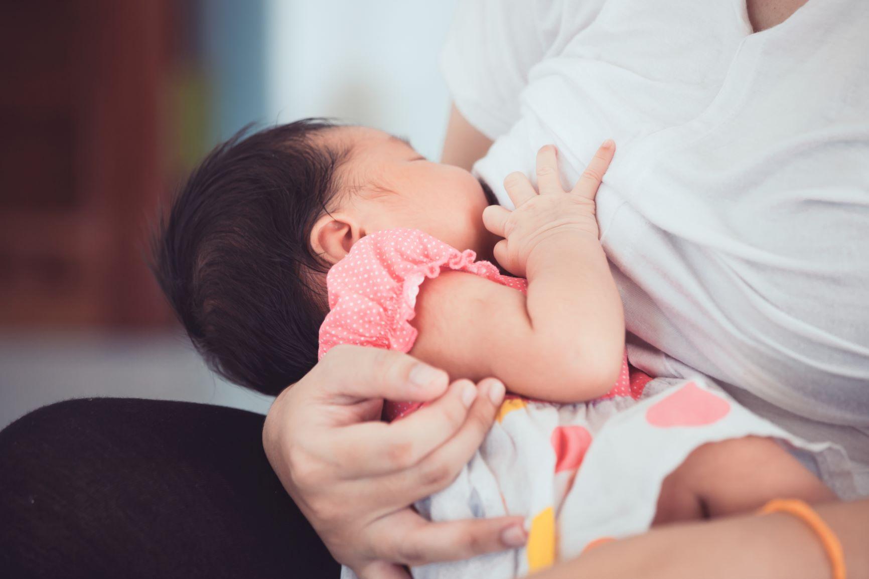 การเสริมหน้าอกมีผลกระทบอย่างไรต่อความรู้สึกจุกนมและความสามารถในการป้อนนมแม่?