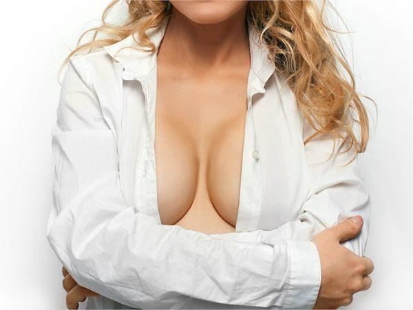 การปลูกถ่ายไขมันดีกว่าการเสริมหน้าอกด้วยรากเทียมหรือไม่?
